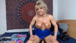 GILF Sophia likes to show her muscular body