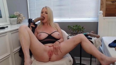 Dominant mom is looking for men who will give her their ass