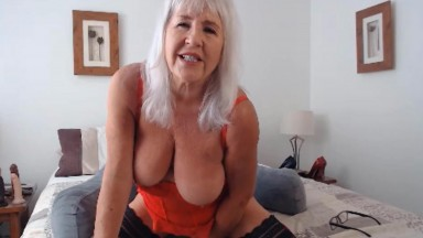 Mature dirty talker Melissa likes to bang her old vagina