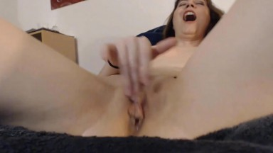 Friendly gamer girl Lana Isley fingering pussy to squirt