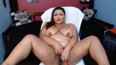 Curvy Latina Eva Lynn loves to feel toy deep in her throat
